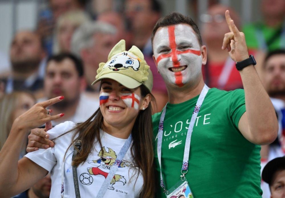 Британский фанат и девушка с российским триколором на лице.