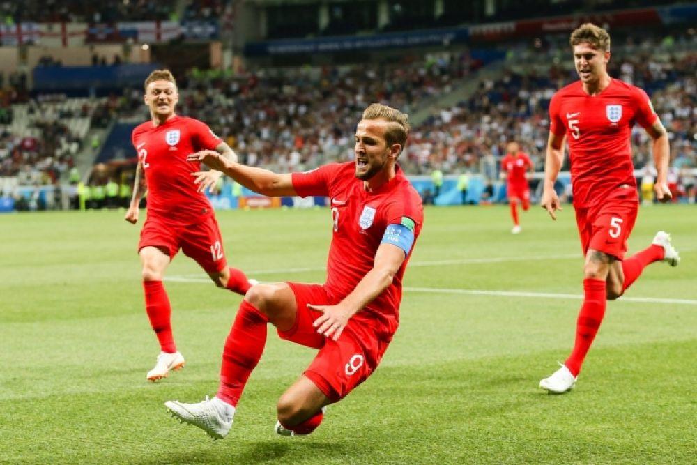 Капитан сборной Англии Гарри Кейн празднует гол.