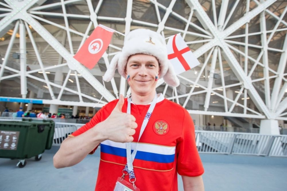 А вот и болельщик в футболке с флагом России - такие есть на каждом матче.