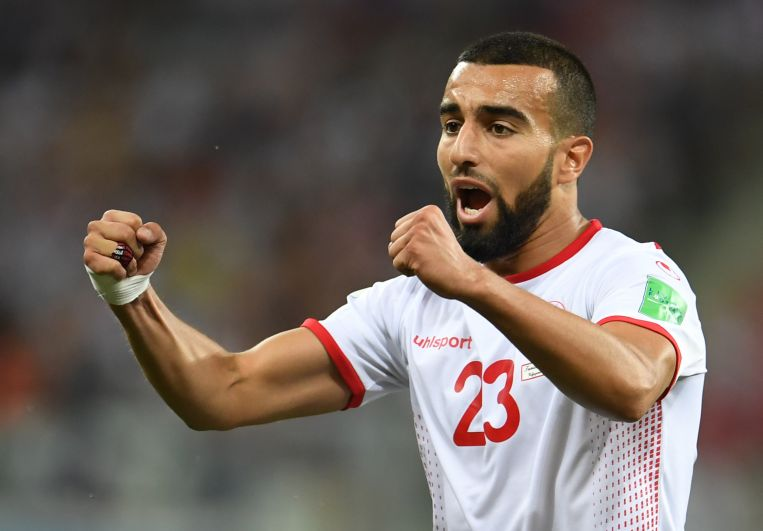 Нападающий сборной Туниса Наим Слити радуется забитому мячу.