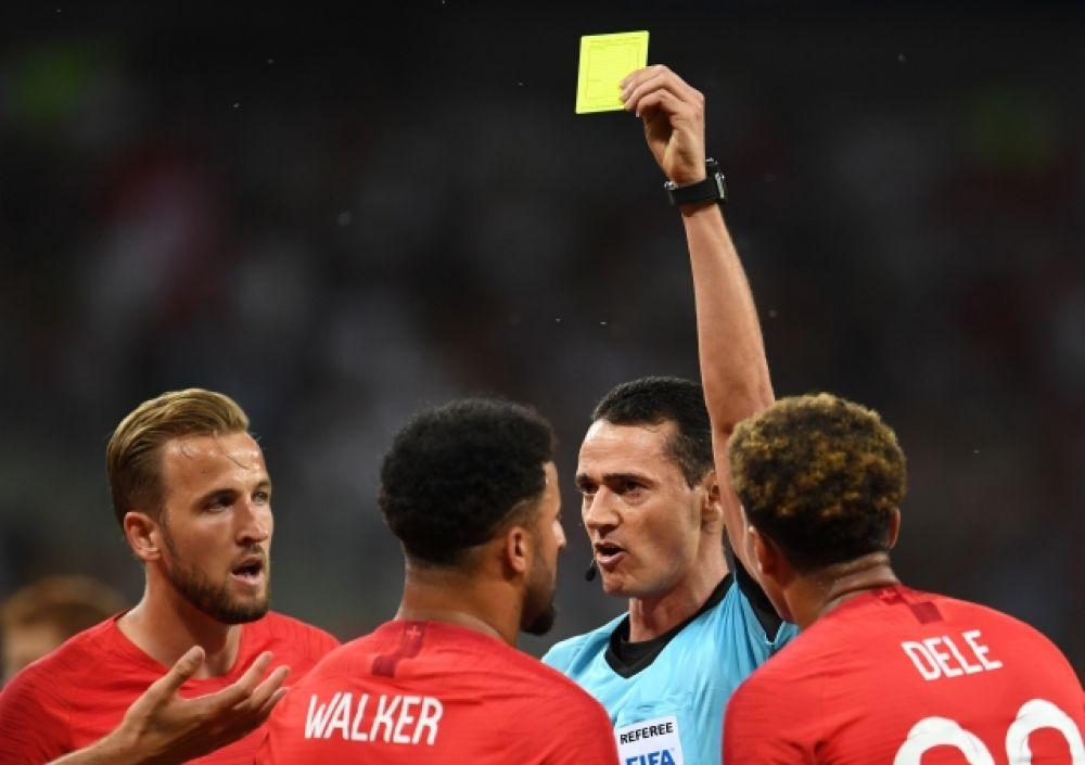 На 33-й минуте Уокер получает желтую карточку - единственную в матче.