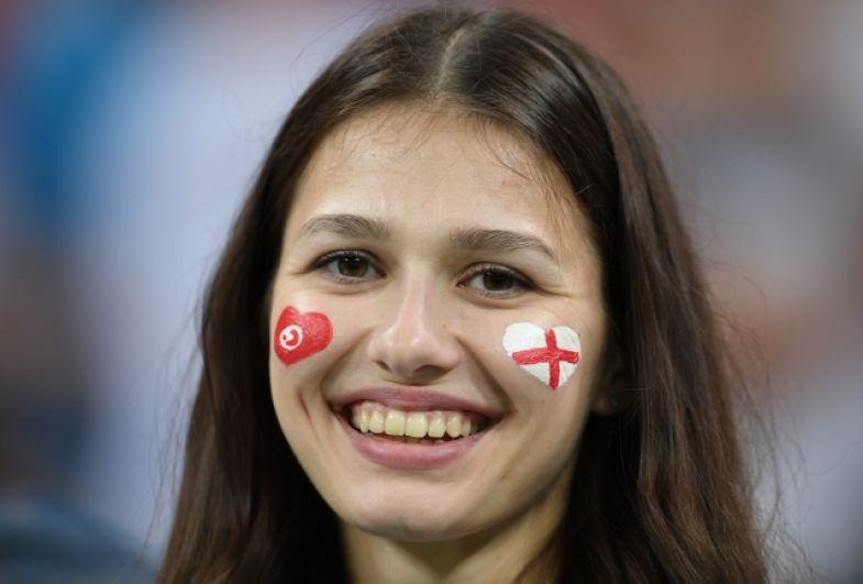 Девушка с флагами сборных-соперников на лице.