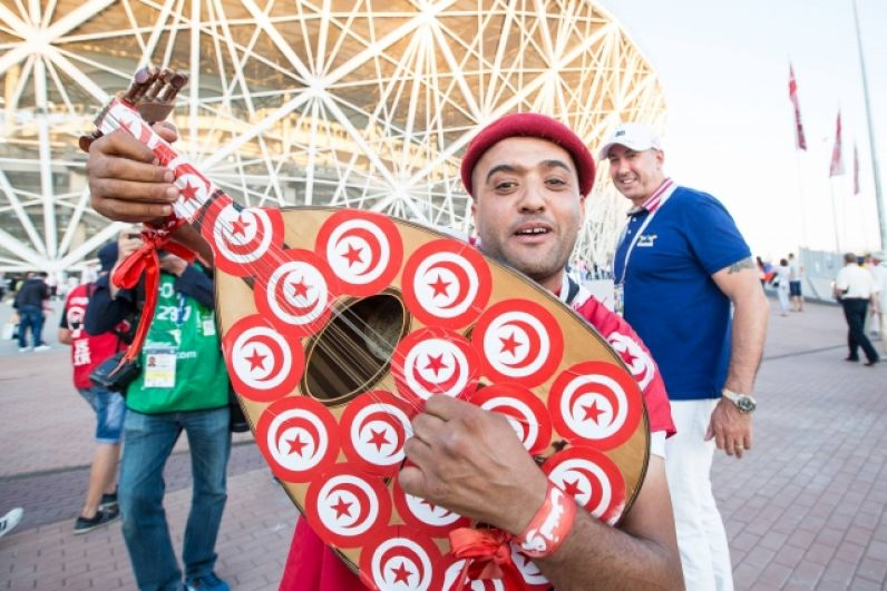 Фанат из Туниса с национальным музыкальным инструментом.