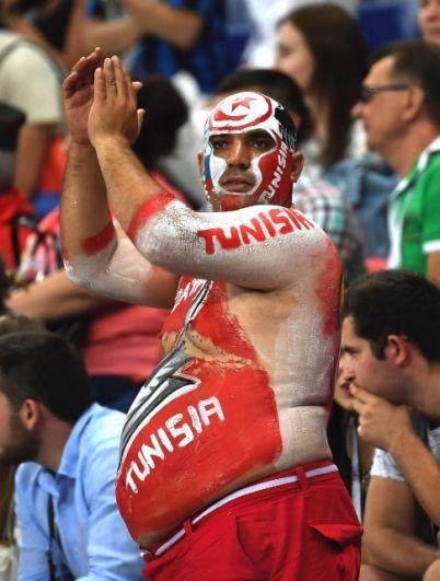 Фанат сборной Туниса с боди-артом в цветах национальной команды.