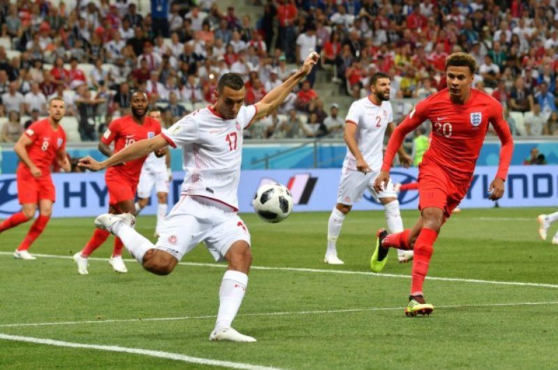Первые минуты матча. Полузащитник сборной Туниса Эльес Скири с мячом.