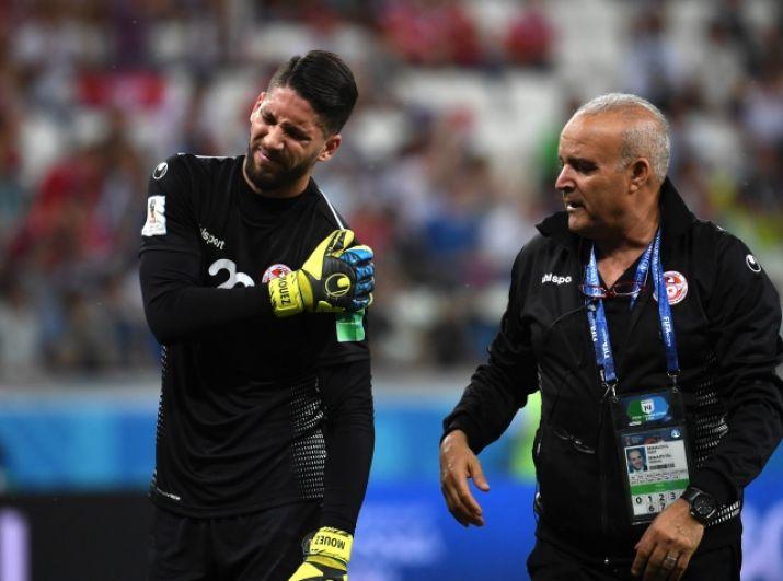 Вратарь сборной Туниса Муэз Ассен покидает поле после серьезной травмы уже на 15-й минуте.