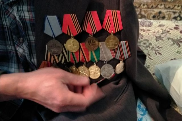 В Кваркенском районе женщина украла деньги у ветерана войны.