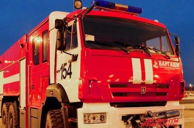 В Кваркенском районе ночью пожарные тушили гараж с машиной и мотоциклами.