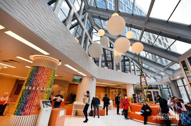 Яркие интерьеры, игровые площадки. Как изменилась Морозовская больница?