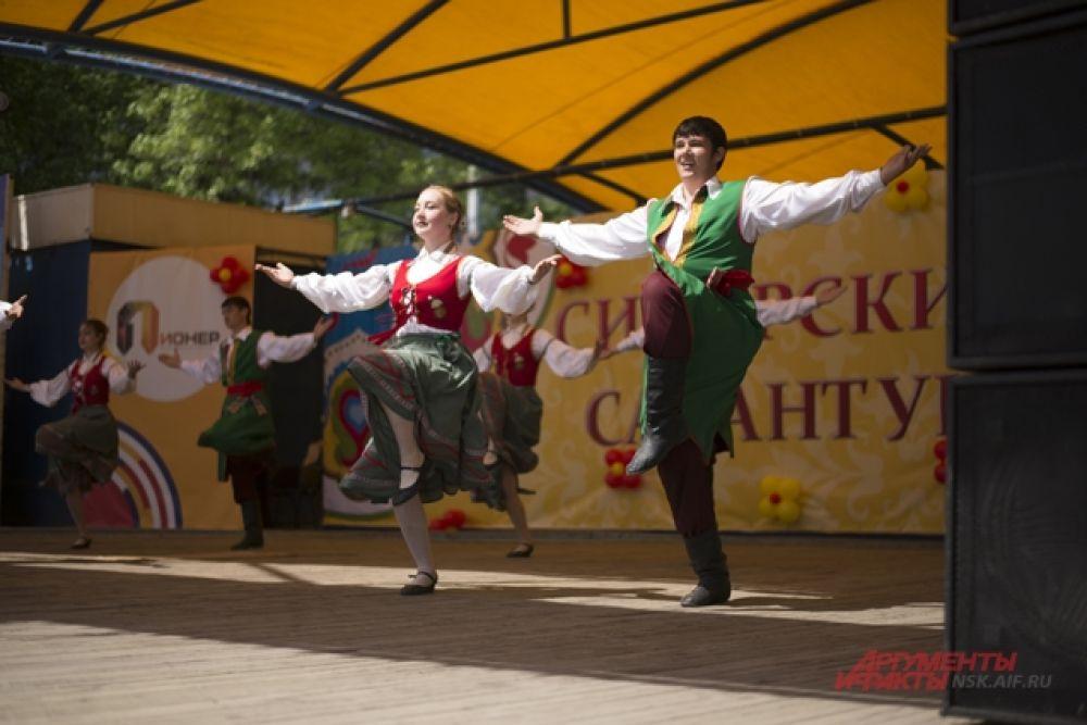 На всей территории парка праздновали «Сибирский Сабантуй». На сцене выступали артисты в национальных костюмах.