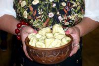Дырочка в варениках нужна для того, чтобы сок из бульона при варке попадал прямо в начинку.
