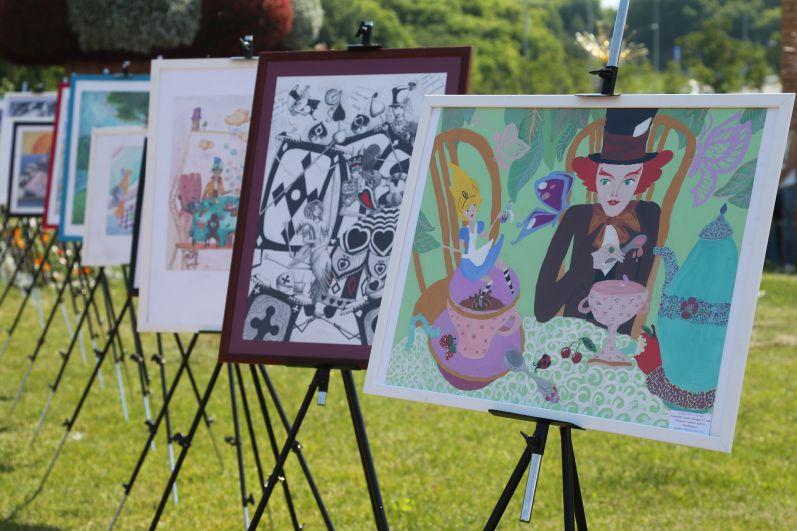 На выставке собраны работы учащихся разных школ города, а завершает ее большая картина Чеширского кота - символа фестиваля этого года.