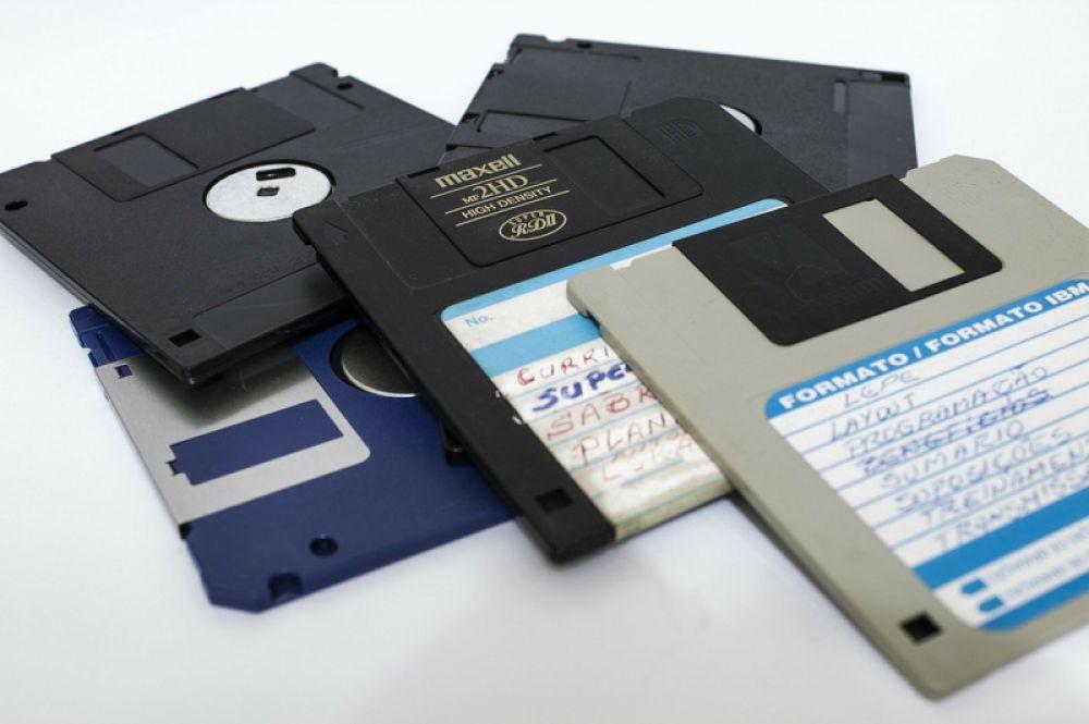 До появления CD и DVD в качестве носителя информации широко использовались дискеты. Несмотря на способность размагничиваться и маленькую емкость (на дискету помещалось около 1 Мб данных) они продержались на рынке довольно долго и начали сдавать позиции лишь после появления доступных по цене флеш-накопителей.