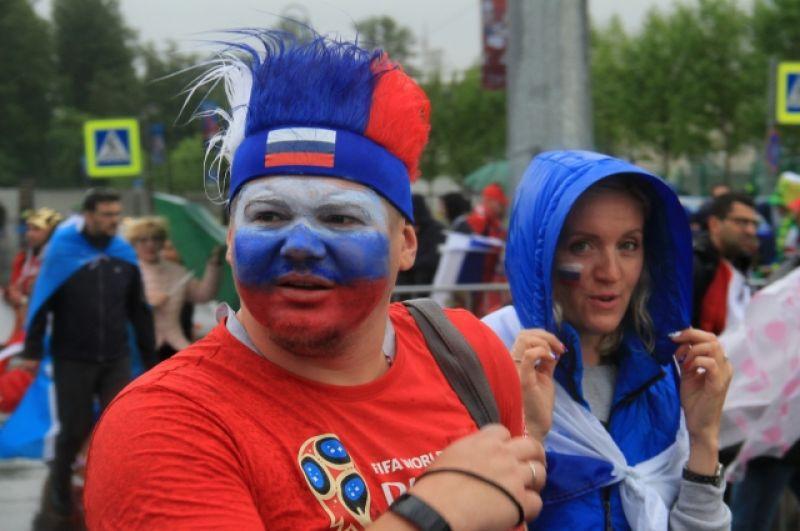 Болельщики раскрасили лица в цвета российского триколора.