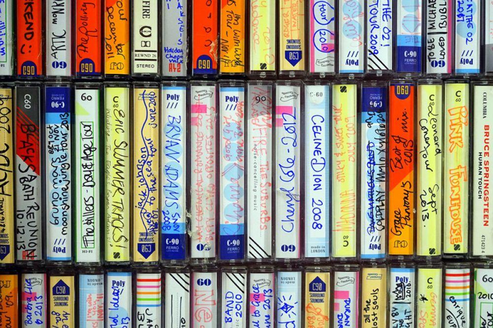 Дешевая и удобная в обращении компакт-кассета, представленная в 1963 году компанией Philips, долгое время была одним из самых популярных аудионосителей, однако потом ей на смену пришли компакт-диски. Которые, впрочем, довольно быстро были вытеснены USB-флеш-накопителями.