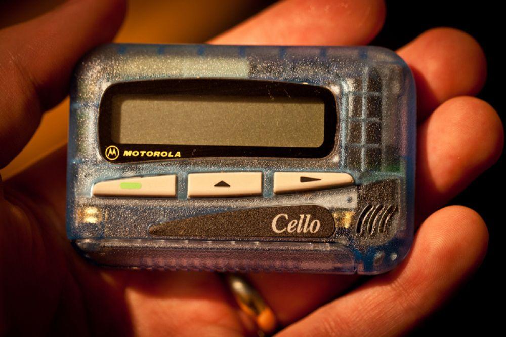 Первый в мире пейджер выпустила компания Motorola в 1956 году, и вскоре ими обзавелись все, кто хотел быть всегда доступным.