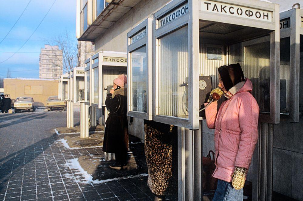 С улиц городов исчезли таксофоны, их вытеснила мобильная связь.