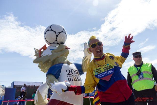 Суперкоманды и суперболельщики приехали на чемпионат мира. На фото легендарный  сборной Колумбии Густаво Льянос, более известный как Эль Коле.