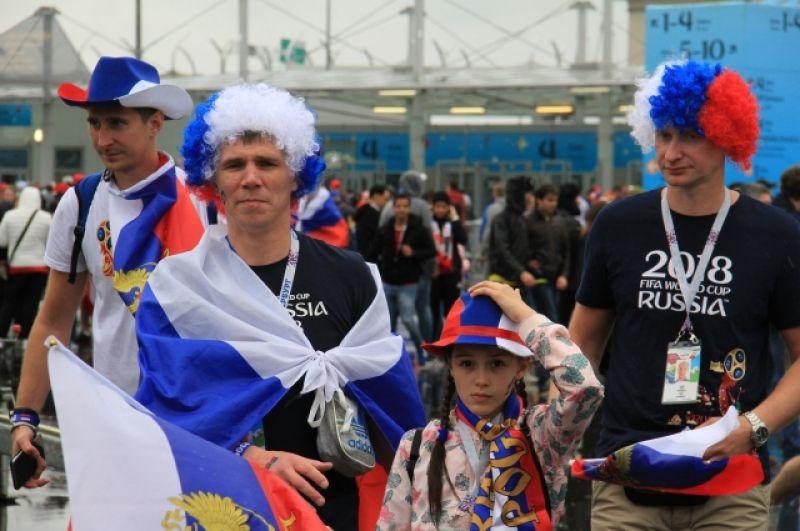 Многие принесли на стадион национальные флаги.
