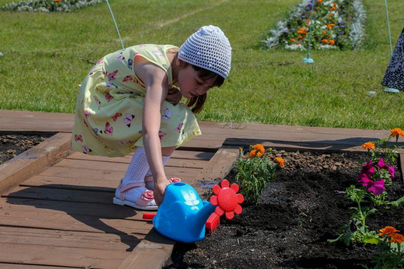 Дети и родители могут тоже высадить цветы.