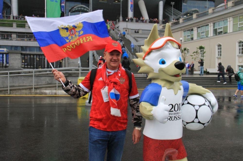 Футболистов поддерживает и талисман ЧМ - Волк Забивака.