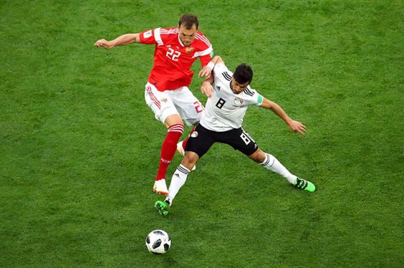 В первом тайме игра шла на равных. Российские футболисты владели небольшим преимуществом, были более активными, чаще били по воротам. Египтяне изредка огрызались опасными контратаками. Однако, на перерыв команды ушли при счёте 0:0.