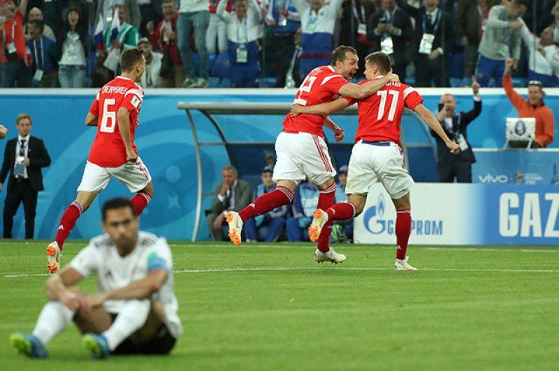 Получив мяч вблизи штрафной соперника, Артём изящно обыграл защитника и точно пробил. 3:0 — россияне ликуют.