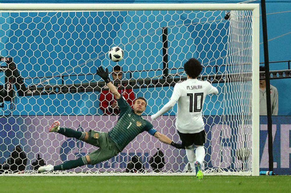 В концовке матча сборной Египта удалось отыграть один мяч. С пенальти отличился лидер команды Мохамед Салах. Игорь Акинфеев лишь немного не дотянулся до мяча.