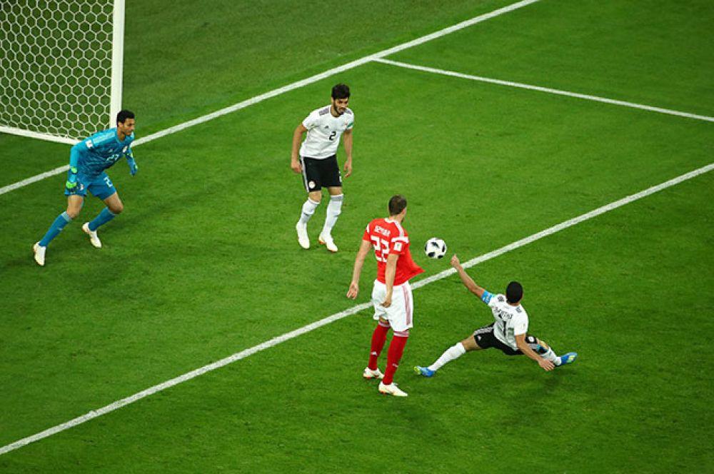 В начале второго тайма Россия усилила давление на ворота соперника. В итоге это привело к автоголу. Полузащитник соперника Ахмед Фатхи неудачно срезал мяч в сетку ворот Мохамеда Эль-Шенави.