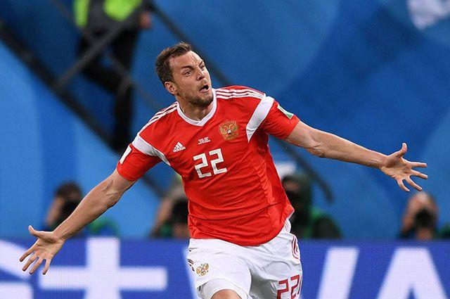 Нападающий сборной России Артем Дзюба после забитого гола.