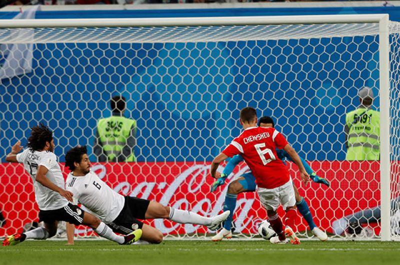 Египетские футболисты бросились отыгрываться, но пропустили атаку россиян. Изящная комбинация завершилась точным ударом Дениса Черышева.