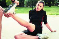 Если ногу свело, надо хорошо потянуть стопу на себя. С чужой помощью – ещё лучше.