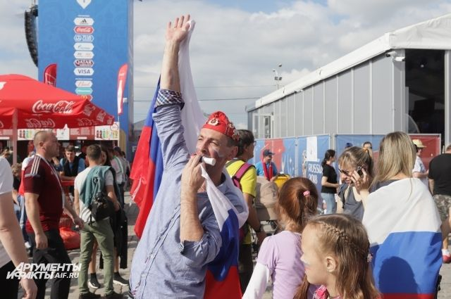 Калининградцы песнями и плясками отметили победу сборной России над Египтом.