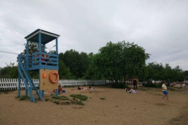 Пляж оборудован средствами спасения.