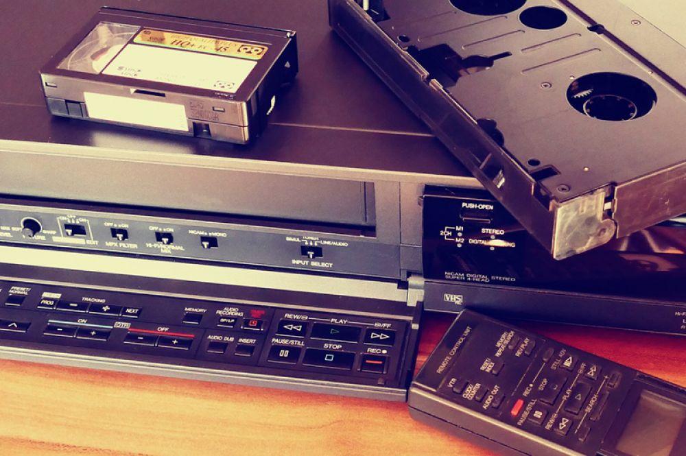 У многих сохранились, но почти не используются видеокассеты и видеомагнитофоны. В 2016 году последний производитель VHS-проигрывателей объявил о полном прекращении их производства, а кассеты для них перестали выпускать еще в 2008-м.