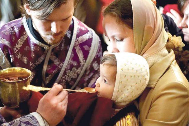 Многие белгородцы причащают детей.