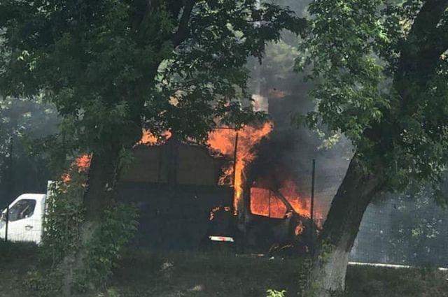 В Киеве посреди проезжей части загорелся грузовик: образовалась пробка