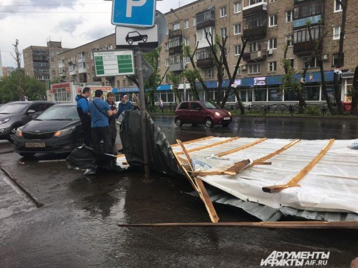 На улице Островского сорвало крышу торгового павильона.