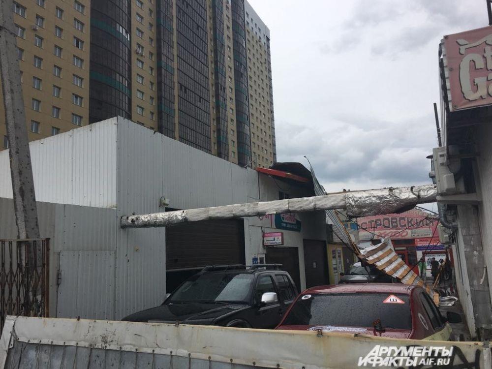 Обломки крыши разлетелись по улице.