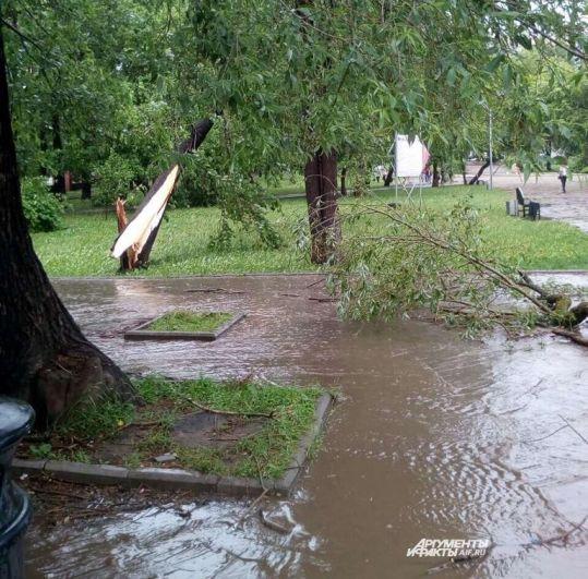 Улицы Перми затопило ливнем.