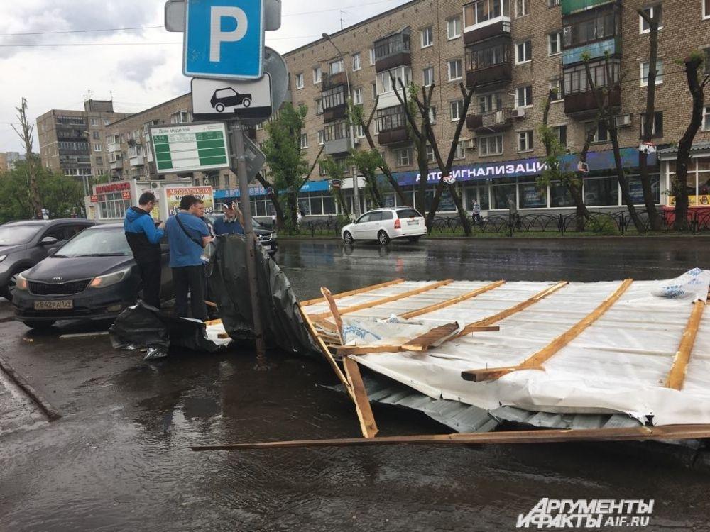 С авторынка на улице Островского сорвало крышу.