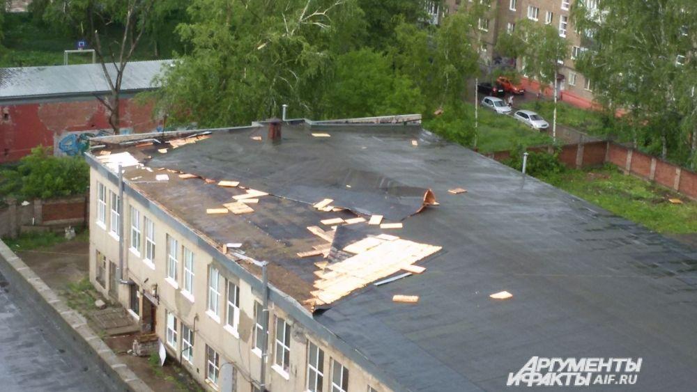 Покрытие сорвало с крыши на улице Дружбы.