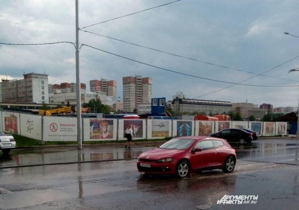 Сильный ливень и гроза прошли в Перми 20 июня.
