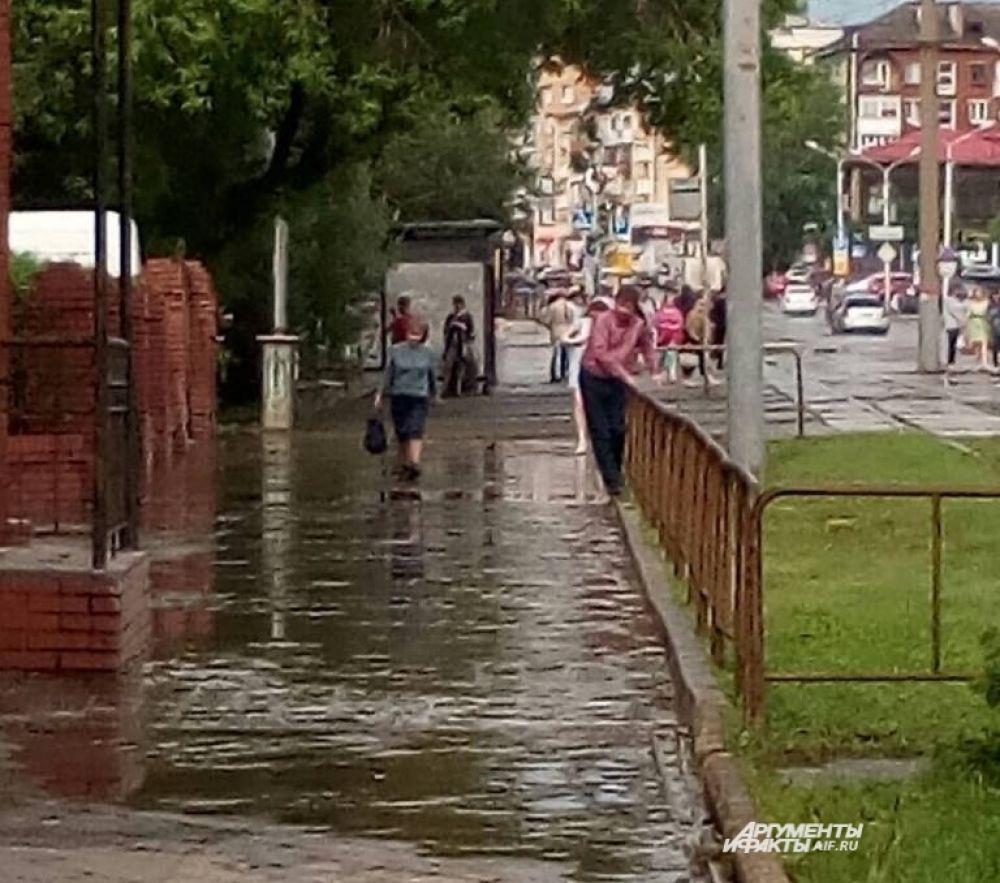Тротуары оказались затоплены.