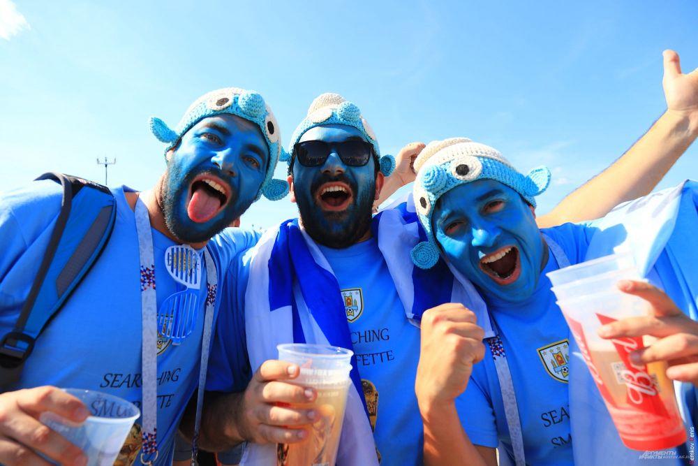 В одежде преобладают небесно-голубые тона: это фанаты команды «Лучезарных» из Уругвая.