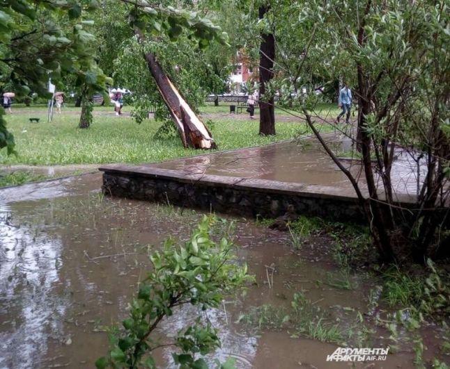 Затоплены оказались скверы.