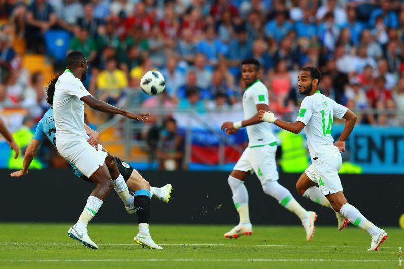 Сборная Уругвая, как и в предыдущем матче, в начале отдала инициативу противнику. Полузащитник Родриго Бентанкур (Уругвай) и Абдулла Отаиф (Саудовская Аравия) в борьбе за мяч.