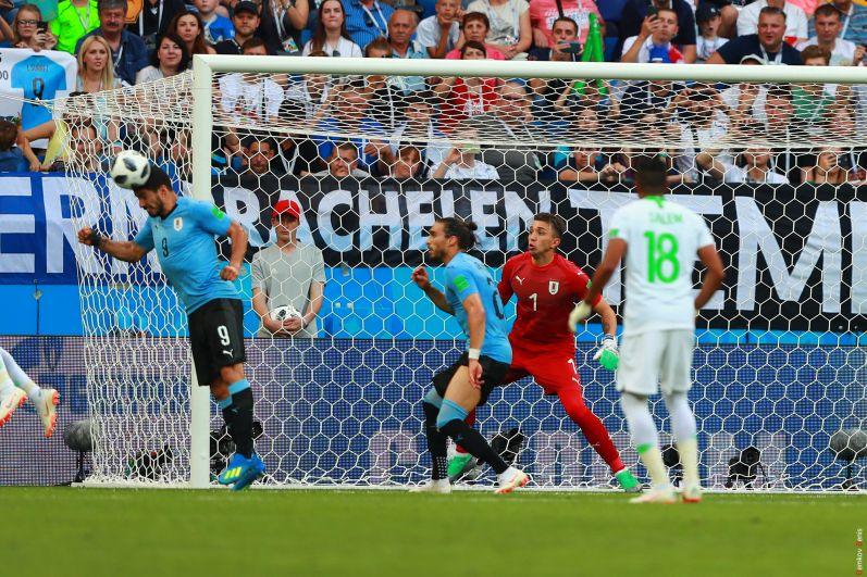 Суарес головой выбивает мяч и спасает свою команду.