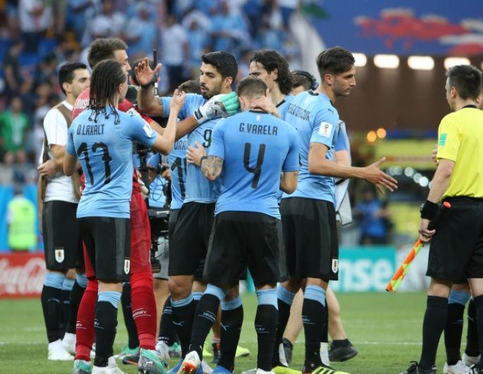 Сборная Уругвая празднует победу: они стали второй командой группы А, вышедшей в плей-офф.