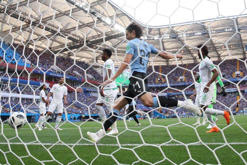 Первый и единственный гол матча: мяч в воротах сборной Саудовской Аравии.